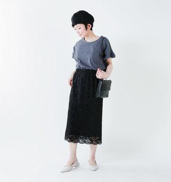 """総レースのミディアム丈のタイトスカートは、コンサバテイストになりやすいアイテムですが、ゆるりとTシャツを合わせカジュアルダウンして。また、ブラックなど""""落ち着いたカラー""""をチョイスすると、シックな雰囲気で着こなしやすくなります。"""