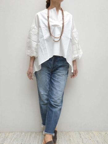 ハリ感あるホワイトブラウスに、ビンテージデニムを合わせたこなれ感のある着こなし。ボリューム袖に施されたさりげないレースは、上品に甘さを加えます。