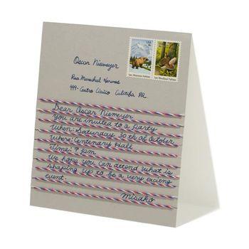 紙に糸を貼って罫線を作るハンドメイドのレターセットです。手作りの雰囲気が送る相手にも良く伝わりそうで心温まるカードですね。サイズによってハガキ用の切手も使えますよ。