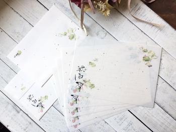 和テイストが好きなお父さんには、和紙を使ったレターセットはいかがでしょう?雨にぬれる蓮の画、達筆な筆文字で構成された6月の繊細な世界観。優しい雨の音が聞こえてきそうです。