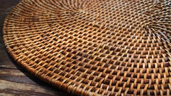 籐(ラタン)は、東南アジアの熱帯・亜熱帯(ジャングル)に生育するヤシ科の植物。形は竹によく似ていてスラっと長く、長いものだと200mを超えるものもあるんだとか。ラタンの一番の優れたところは、繊維がギッシリと詰まっているところ。その上、しなやかで曲げる加工がしやすく、折れにくく、とても軽いんです。