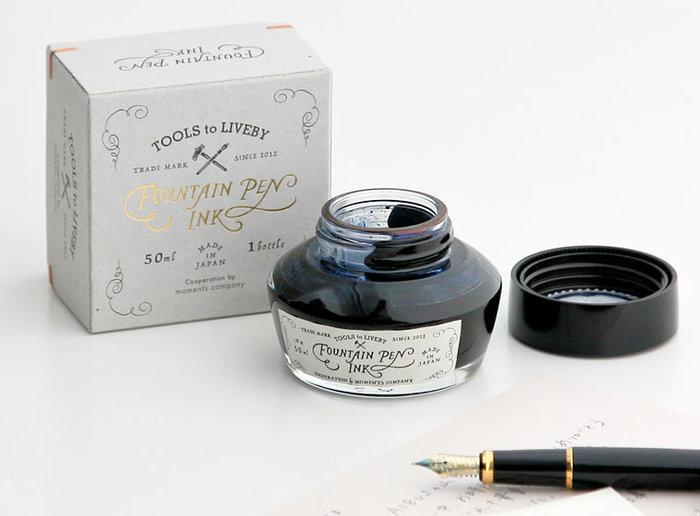 ✦台湾の大自然をテーマにした、サマになるインク 机の上に置いておくだけで、思わずペンをとりたくなる美しい姿です。台湾の大自然をテーマにつくられたインクは、全部で6色。「琵鷺黒/へらさぎのくろ」「冷杉青/とどまつのあお」など珍しい色味は、一度使ってみたくなります。