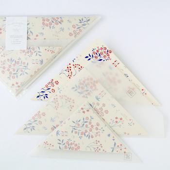 ✦三角形の愛らしい手紙 三角形をした半透明の封筒と、四角形の小花の便箋。印象的な手紙は、受け取る人を笑顔にしてくれそう。