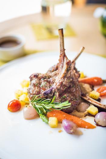 ひと皿の中に「高さ」を作ると、お料理がぐんと映えます。スペアリブやラムチョップのようなお肉料理は、つけ合わせやほかのお肉に立てかけるようにして「山」のような立体感を作ると良いでしょう。  同じお皿にいくつも置くならば、骨は上に向けてクロスさせるようにして。まるでお店のようなひと皿に。