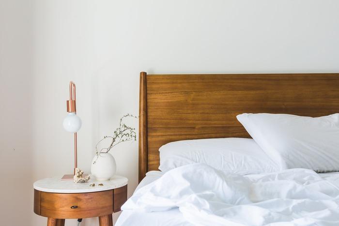 パソコンやスマホの画面から放たれるブルーライトが目を疲れさせるというのは、すでに知られていることです。また、夜に画面を見ていると目が冴えてしまい眠れなくなるとも言われています。心地良い睡眠をとって生活と健康のバランスを整えるには、就寝前にパソコンやスマホは使わないこと。少なくともベッドに入る1時間前には電源をオフにして、寝室にはスマホを持ち込まないようにしましょう。