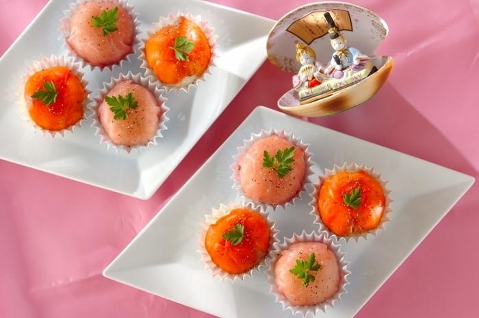 「手まり寿司」のように丸いものは四角い器に、逆に四角いものは丸い器に盛ると、形がひきたちます。  長方形の器やひし形の器などを使って、かわいい「手まり寿司」の形を活かす盛りつけに。