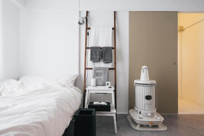 落ち着いたお部屋を目指すならモノトーンがおすすめです。色数が少ないので、物がすこし多くてもまとまった印象になります。