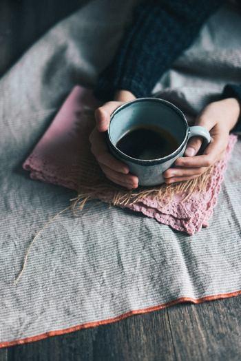 毎日のコーヒータイム。数分だけでも、ひと休みしながら自分の考えや暮らしを静かに見つめてみませんか?実はそんな時間こそ贅沢なもの。時には自分と他者との境界線を確認してみましょう。心に余裕が持てれば、シンプルな幸せが見えてきます。
