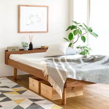 ベッド下に無作為に置いておしゃれに見せる自信がない…という人は、木箱を置いてみても。無造作に仕舞ってもおしゃれに見せてくれますよ。