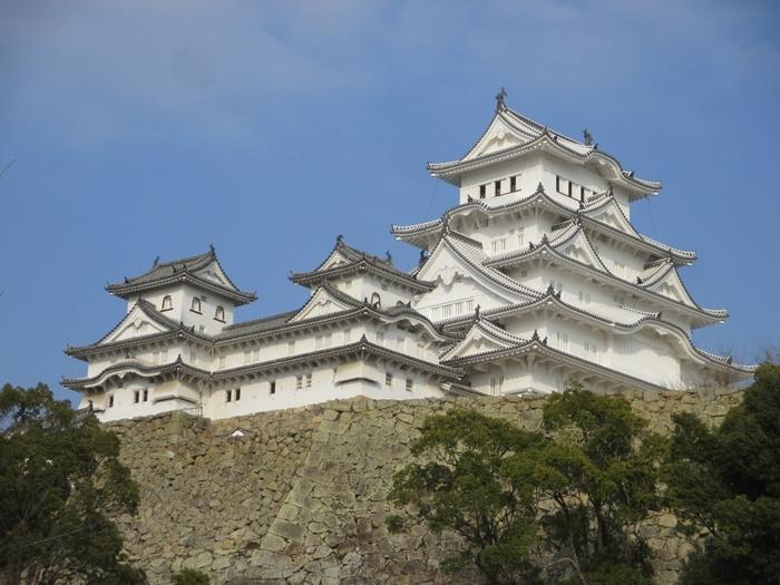 兵庫県姫路市にある国宝「姫路城」は、1346年に赤松貞範によって築城されました。築城から約400年もの歴史の中で戦火や自然災害に遭うことがなく、天守閣や櫓、門などの保存状態が非常に良いことから高い評価を受け、1993年12月には奈良県の法隆寺とともに日本発の世界文化遺産に認定されたのです。