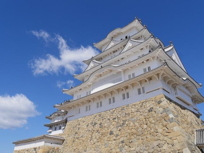 姫路城はシラサギが羽を広げた姿に似ていることから「白鷺城(しらさぎじょう・はくろじょう)」の愛称で親しまれています。築城されて以来、13氏48代が城主を務めてきました。戦国の世を見守り続けたお城です。