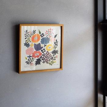 お部屋に絵を飾れば、ぱっと雰囲気が変わります。1枚でも充分、模様替えをしたような印象チェンジになりますよ。