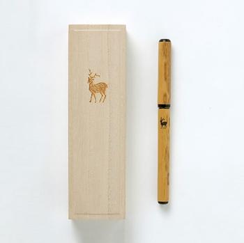 ✦奈良筆の老舗が生み出した筆ペン 創業約380年の奈良筆の老舗「あかしや」。伝統工芸士でもある筆職人による毛筆は、筆ペンとは思えないしなやかな書き味で手紙や宛名を書くのに適当な細字に仕上げています。