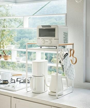 電気ケトルや小型のコーヒーメーカー、トースターなどをまとめて収納できる調理家電ラック。棚下の収納部分の高さが約40cmあるので、高さのある調理家電でも安心です。キッチンカウンターにも置けるスリムサイズもうれしいポイント◎。