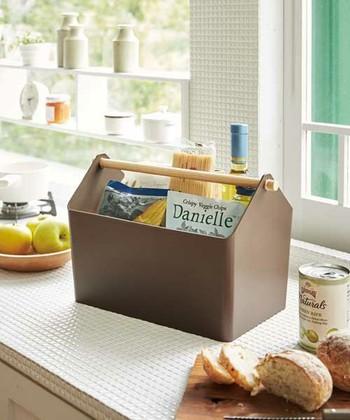 天然木のバーがキッチンに温かみを添えてくれる収納ボックス。ボトルやパスタなど高さのあるものをまとめて収納するのにも便利です。