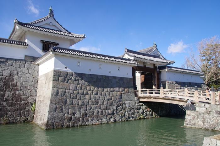 かつて、日本には2万5千ものお城があったと言われています。江戸時代の「一国一城」や明治時代の「廃城令」によって、お城は取り壊されてしまいました。天守閣や城郭が現存するお城は、松本城や姫路城、彦根城などを含む12城のみとされています。かつて徳川家康がその生涯をとじるまで過ごしていたとされる駿府城も例外なく取り壊され、一部の櫓や石垣だけが現存しています。