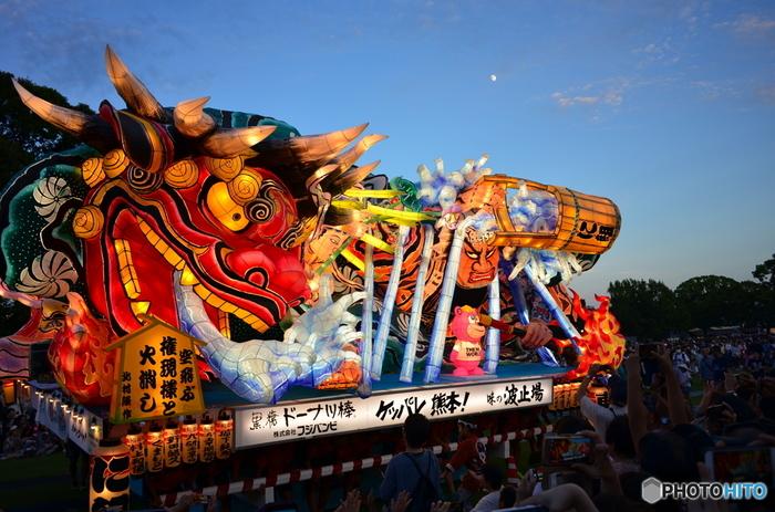 熊本の復興を願う「熊本復興ねぶた」が2018年9月に開催予定です。ねぶたと言えば、「東北三大祭」の1つである「青森のねぶた祭り」が有名です。大型の灯籠を乗せた山車(だし)と、ハネトと呼ばれる人たちが「ラッセーラ」の掛け声を上げながら、町を練り歩きます。ねぶたで熊本を盛り上げようという願いを込めて開催されています。