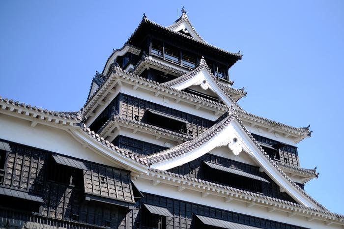 真っ白な姫路城とは正反対の漆黒に包まれた「熊本城」は、1607年に加藤清正によって築城されました。築城には当時の最先端技術や労力が惜しみなく投じられたと言われています。
