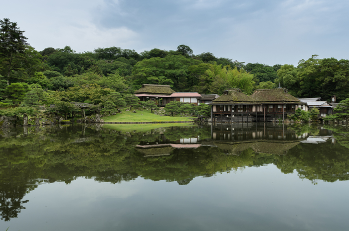 彦根城の北東に位置する大名庭園の「玄宮園」は、四代藩主・直興によって1677年に造営されました。毎年9月には「虫の音を聞く会」が催されているようです。