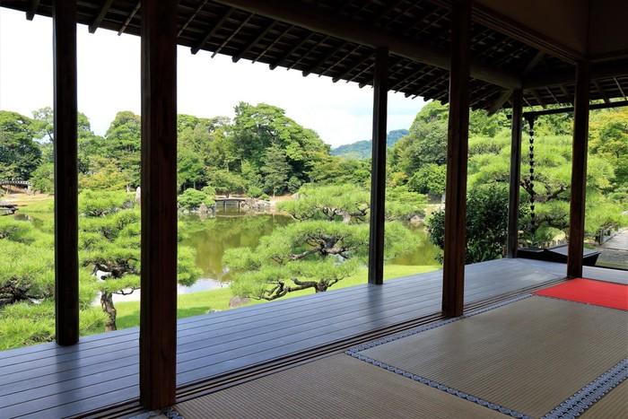 玄宮園内の築山にある「鳳翔台」は、かつて藩主が客人をもてなすための客殿として使用されていました。現在は、薄茶とお茶菓子をいただきながら、手入れの行き届いた美しい庭園を鑑賞することができます。