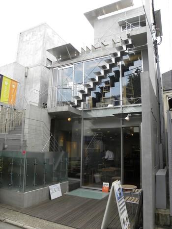 JR原宿駅、地下鉄明治神宮前駅、表参道駅からそれぞれ徒歩10分程度の距離にある、スタイリッシュな外観が特徴の「茶茶の間」。