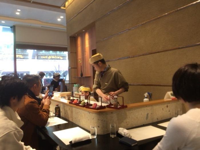 江戸時代の享和三年(1803)に、初代鶴屋伊兵衛によって創業して以来、「ヨキモノヲツクル為ニ材料、手間ヒマヲ惜シマヌ事」 という家訓の一条を守り、いろとりどりの見た目も美しい京菓子を作り続けています。