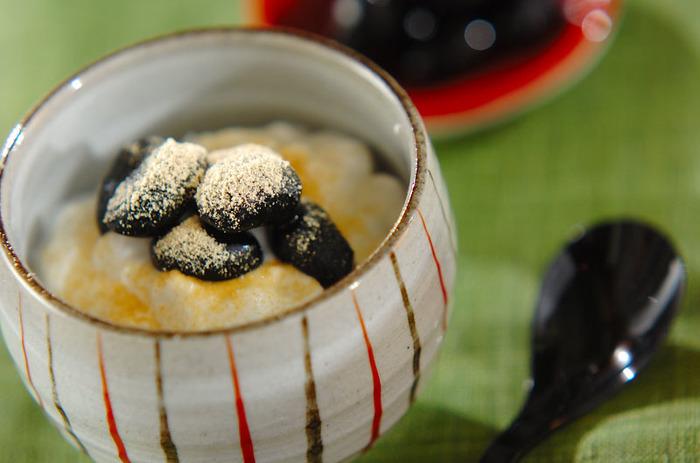 水切りをしたなめらかな食感で爽やかな味わいのヨーグルトは、黒豆・きな粉との相性も抜群。お好みのかたさに水切りして、さらに食感を楽しむのもいいですね。