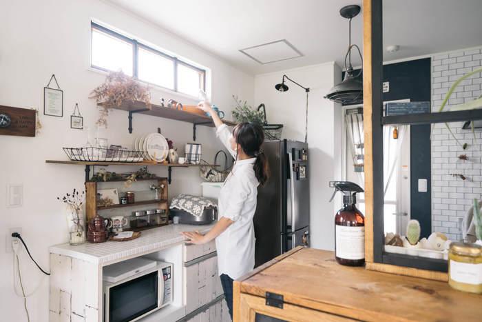 食器や調味料はアンティーク風の棚に、雰囲気のあるドライフラワーやカゴを並べて。炊飯器は布でカモフラージュ。出しておいた方が使い勝手の良いキッチンツールも、雑貨と一緒に飾ることでおしゃれな空間に♪