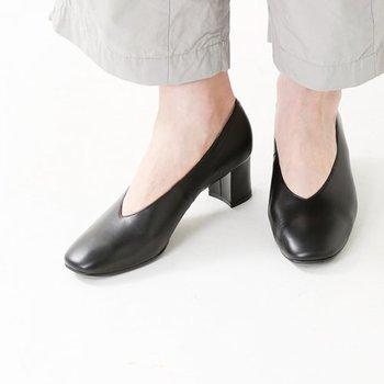 """そして、出かける際に慌てていると忘れがちなのが、""""足元""""の身だしなみ。靴が汚れていたり、靴下やストッキングにほころびがあったりしませんか?外出先で靴を脱ぐ予定がある場合は、両方に気を配る必要があります。"""