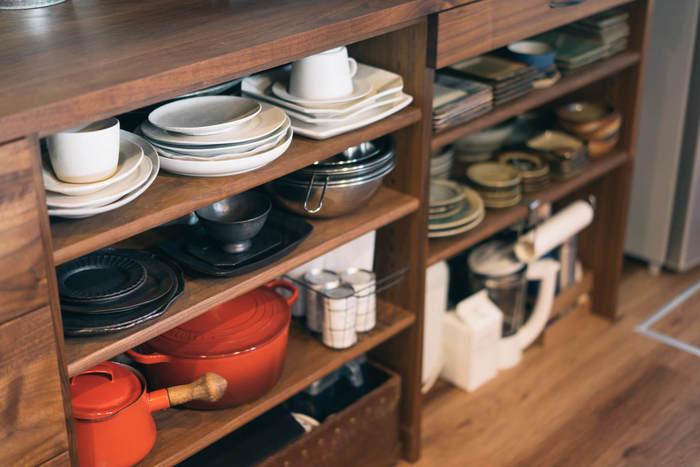 食器棚は作業がしやすいオープンシェルフです。カウンターと同じ腰高なので、リビングから視界に入らずすっきりしています。