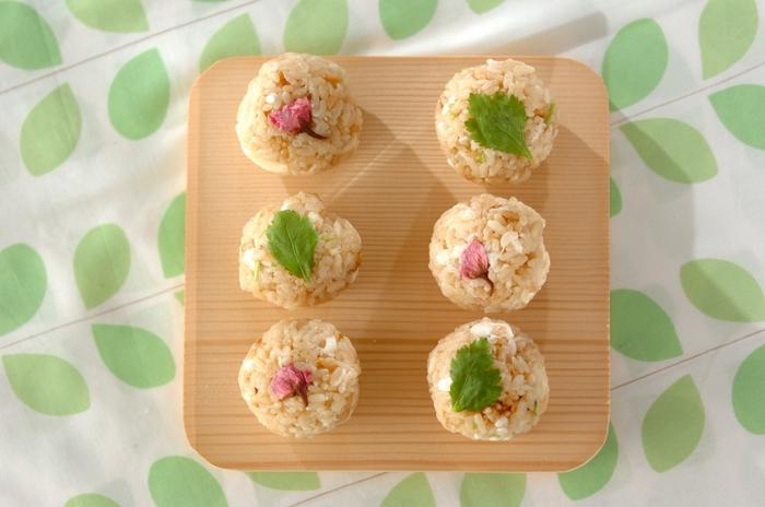 お茶碗にはこんもりと盛り、三つ葉の軸など、緑の「青味(あおみ)」を散らすことで、見た目にも美しく食欲をそそる色合いに。  手まり寿司風にまあるく丸めて、「桜の花の塩漬」や「三つ葉」をあしらっても可愛らしいですね。おもてなしの雰囲気になります。