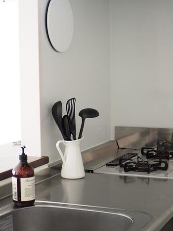 お玉やフライ返しなど毎回のお料理で使うキッチンツールは、立ててコンロ周りに置いておくとさっと使えて便利。洗ったあともそこに入れるだけで片付け完了です。