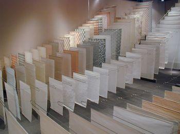 1300年以上もの歴史をもつ美濃和紙は、岐阜県美濃市で作られています。繊細でありながら「洋紙100年、和紙1000年」と言われるように丈夫で長持ちする和紙は、ふすまや障子など日本家屋にはなくてはならない存在です。また、現在では照明や衣類など様々な物に使われ、新たな魅力も見出されています。