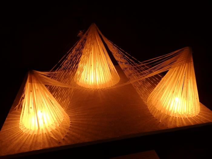2階の展示室では、毎年秋に行われる「美濃和紙あかりアート展」の作品を展示しています。変幻自在な和紙が織りなす光のアート作品に心奪われます。