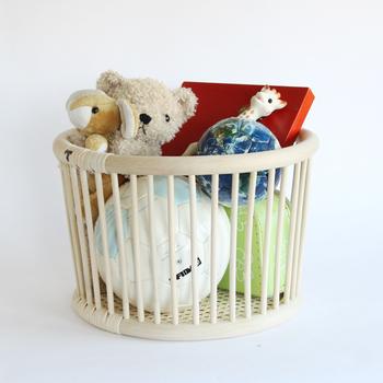 同じくツルヤ商店の丸形のバスケットは、こんな風に片手で持ち運びが出来るサイズ感も丁度良く。お子さまのおもちゃをざっくりと収納したり、帽子や手袋、マフラーなど、お出かけに必要なものの収納にと、アイデア次第で色々な使い方がありそうですね。