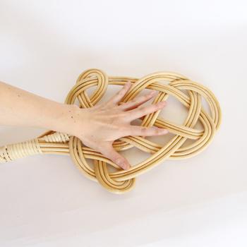 しなやかなラタンが、しっかりと編まれた形状なので、力強く布団を叩いても、とても丈夫で頼れる存在です。