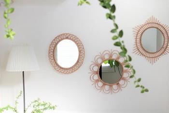 優美な曲線が美しく壁を飾る「rotta rattan mirror」シリーズの壁掛けミラーは、ただ壁に掛けるだけで、お洒落な雰囲気をプラスしてくれる、まさにアート感覚で楽しめる絵になるミラー。