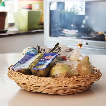 1945年創業、自然素材を中心に生活道具を取り扱う荒物問屋「松野屋」のバスケット。 シンプルで飽きのこないデザインのラタンのトレイは、食材やフルーツ、野菜などのストックを入れるのにとっても便利! 様々なシーンで活躍してくれるアイテムです。