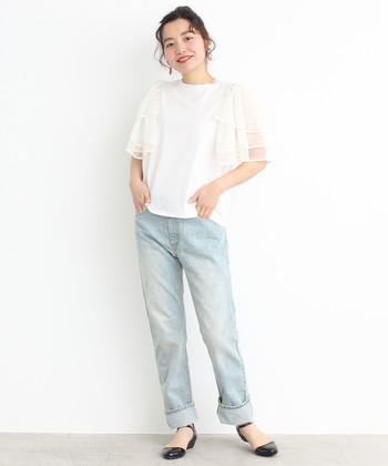 シンプルなTシャツ生地に、チュールを3段重ねた袖が印象的なトップス。ふわっと広がる女性らしいスリーブは、カジュアルなデニムコーデも、一味違うものにブラッシュアップしてくれます。軽やかな季節感を出したい時は、ボトムスも薄めの色を選ぶのがおすすめ。