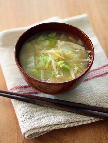 ●とろとろ白菜の生姜味噌汁  生姜の風味で出汁要らずのカンタン白菜のお味噌汁。エノキを加えて旨味UP。生姜の辛味が苦手な人はお好みで生姜の量を調節してくださいね。