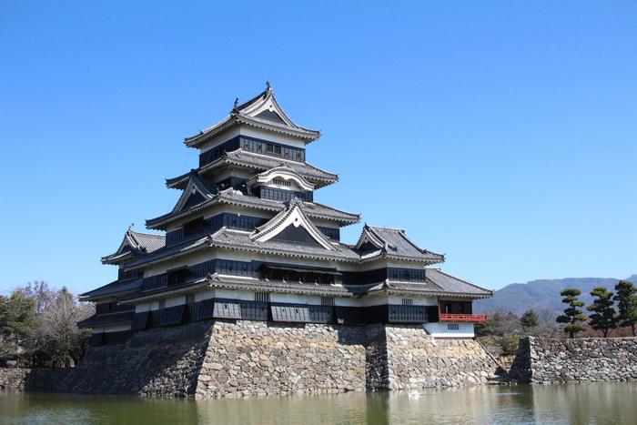 黒と白のコントラストが美しい「松本城」は、現存する五重六階の天守を持つ城の中で、日本最古の国宝の城として知られています。松本城を築城したのは石川数正とされていますが、天守が創建された年代は諸説あると言われています。