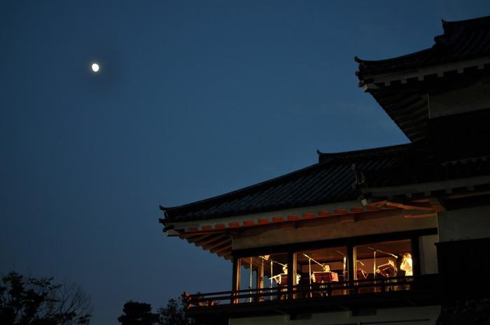松本城は戦国の世に戦闘のために建てられたお城ですが、「月見櫓」というお月見をするための櫓もあります。この月見櫓は、徳川家康の孫にあたる城主・松平直政が徳川幕府の三代将軍・家光を迎えるために増築したと言われています。