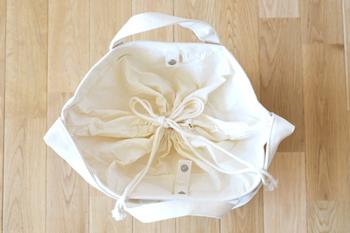 もとはランドリー用のバッグなので洗濯物がこぼれたり外から見えたりしないよう、口が巾着になっています。食材や食器を入れるときにもうれしい配慮ですね。