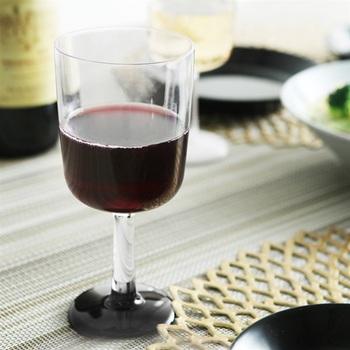 オーストラリア発、ガラスのような高い透明度と、落としても割れない丈夫さを併せ持つ樹脂製のワイングラス。Apple Watchのデザインも手がけたデザイナー、マーク・ニューソンによる洗練された形が素敵です。ワインだけでなく、アイスやフルーツを盛り合わせてパフェグラスに…なんて使い方もお洒落です。