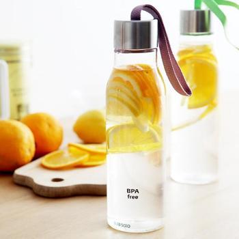 デンマークのブランド「eva solo/エバソロ」発のドリンキングボトルは、まるでガラスのような透明度が魅力。キャップについたストラップも北欧らしいシックな色合いです。オフィスやウォーキングなどにも颯爽と持ち出して。