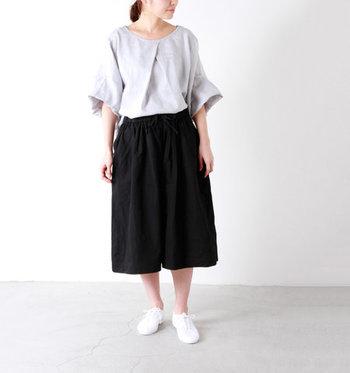 正面にタックをあしらい、ほどよく広がるディティールが大人の可愛さを演出してくれるオーバーブラウスです。長めの袖丈なので、1枚で着ても安心。パンツやスカートに合わせるだけでもサマになるデザインです。
