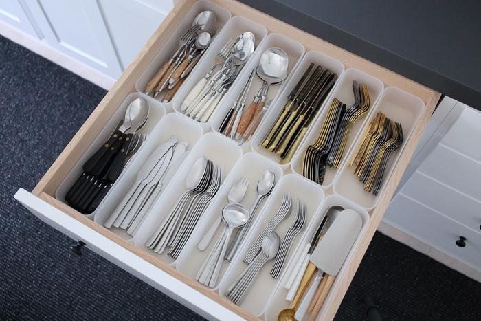 引き出し内をケースで仕切ってカトラリーを種類ごとに分けて収納すると、中で動いても混ざり合うことなく、取り出しやすい状態を保てます。ぎゅうぎゅうに詰め込み過ぎないのもポイントです。