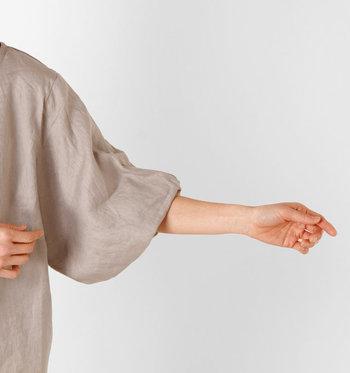 表情豊かなデザインを細部まで楽しめるのがリネン生地の魅力です。ボリュームのあるシルエットの袖は、腕を細く見せてくれるうれしい効果も。