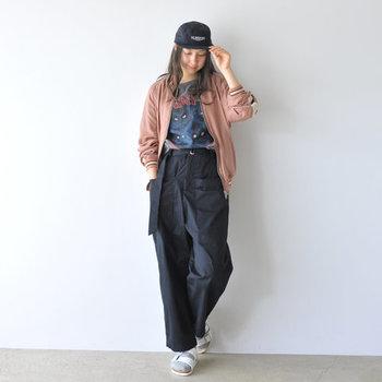 着る人を選ばないシンプルなパネルキャップは、幅広いコーディネートに使えます。メンズライクな着こなしに合わせれば、カッコイイカジュアルコーデに。