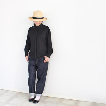 ヤシ科の天然素材ラフィアを使用した麦わら帽子は、かぶるだけでオシャレ度がアップ!足元にパンプスを合わせると女性らしいカジュアルコーデに♪